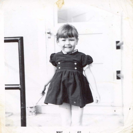 Sharron at 3 years old / à l'âge de 3 ans.