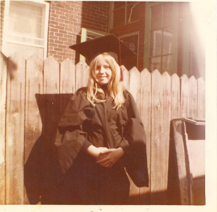 Sharron at 13, pretending she was graduating /  Sharron a 13 ans, simulant sa graduation.