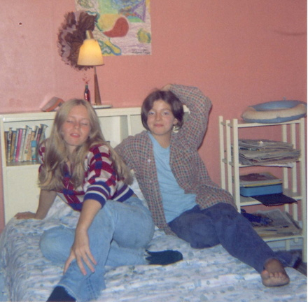 Sharron at age 15, hanging with Doreen / Sharron à l'âge de 15 ans, passant un moment avec Doreen.